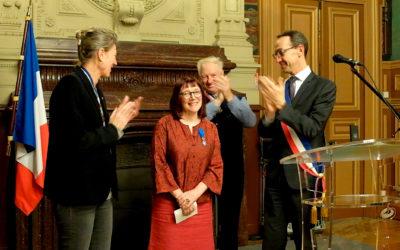 Remise de la médaille de Chevalier dans l'Ordre National du Mérite à Catherine Chauvel, MOF en reliure